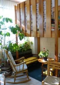Rincón donde sentarse a leer, a descansar, a compartir, etc. en un salón de taller