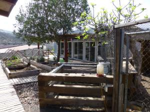Huerta, gallinero y salón de taller