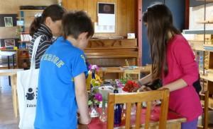 Preparando los floreros que alegrarán cada mesa