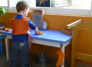 Limpiando y secando la mesa