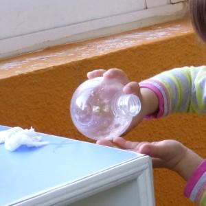Vertiendo el agua en su mano