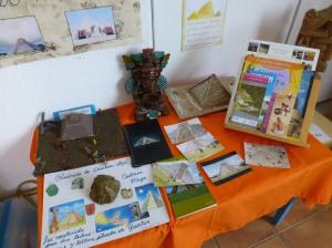 Mesa de observación: fotos, investigaciones, libros, pirámides hechas por ellos, esculturas mayas, etc.