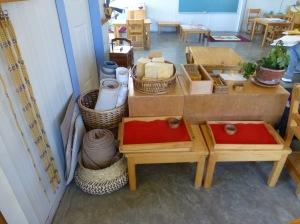 Mesitas bajas, tapetes, y bandejas que pueden utilizar los niños para su trabajo