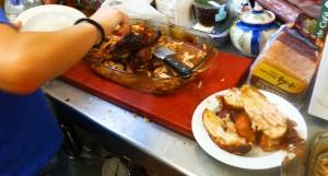 Cortando el pollo en salsa secreta