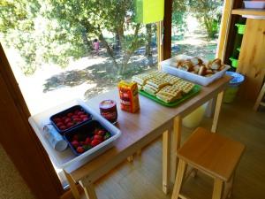 Mesas auxiliares para dejar la comida