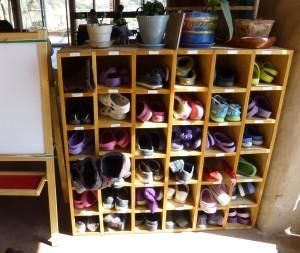 y cada niño tiene su espacio para sus zapatillas o pantuflas